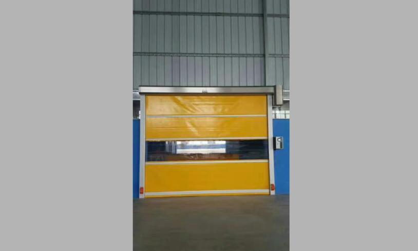 快速卷帘门又称软质快速门,是指每秒运行速度超过0.6米的门,是快速升降的无障碍隔离门,主要作用是快速隔离,从而保证车间空气质量无尘等级。具有保温、保冷、防虫、防风、防尘、隔音、防火、防异味、采光等多项功能,并广泛用于食品、化学、纺织、电子、超市、冷冻、物流、仓储等多种场所,可极高的满足高性能物流及洁净场所,并且节省能源,高速自动关闭,提高作业效率,创造更佳的作业环境等优点。
