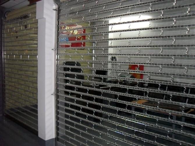 不锈钢电动卷帘门有手动按钮开门和发射器遥控开门方式。美观大方、实惠耐用。     适用场合:银行、大型超市、专卖店、厂房、商场、商铺等场合